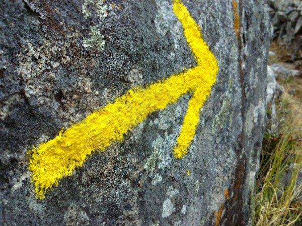 yellow-arrow-camino-facil